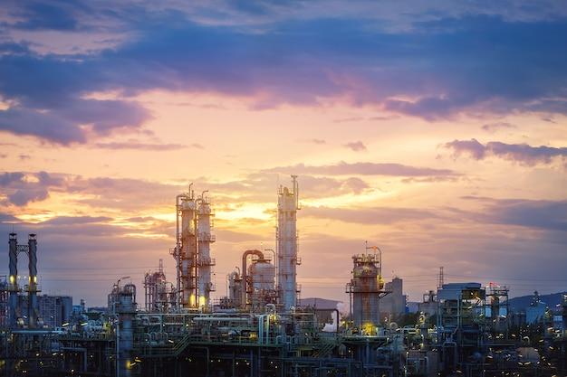 Изготовление нефтегазоперерабатывающего завода или завода нефтехимической промышленности на закате неба