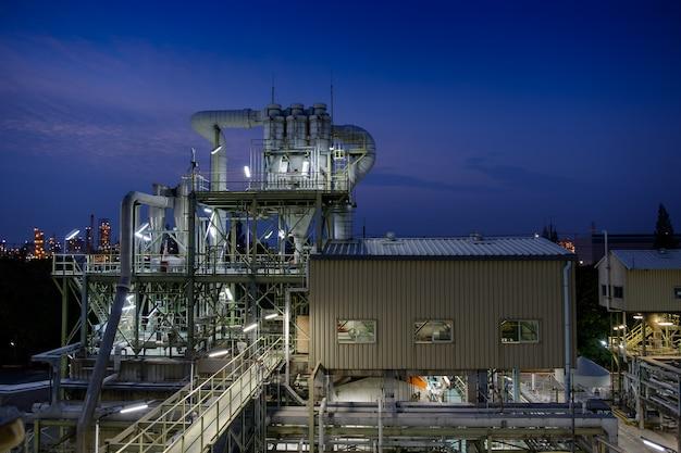 황혼의 시간에 파이프라인과 파이프 랙이 있는 화학 산업 제조 공장