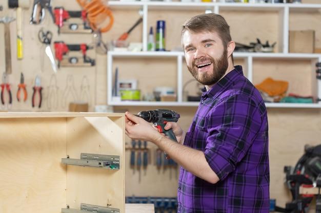 Производство, малые компании и концепция работника - человек, работающий на мебельной фабрике