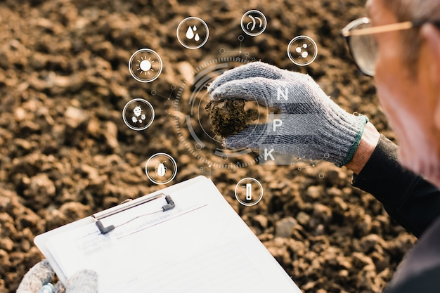 農業の男性の手で肥料。