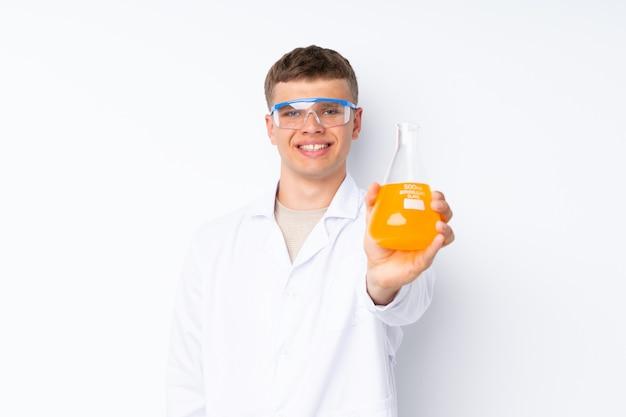 科学的な試験管で若いハンサムなmanwhite背景