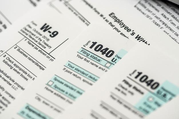 많은 1040 세금 양식. 세금 개념