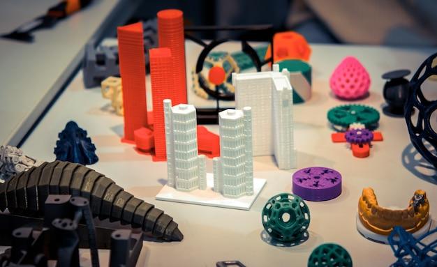 Многие абстрактные модели напечатаны крупным планом на 3d-принтере.