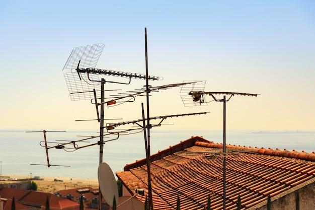 포르투갈의 지붕에 많은 안테나와 위성