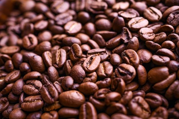 Много ароматных кофейных зерен фон. вид сверху