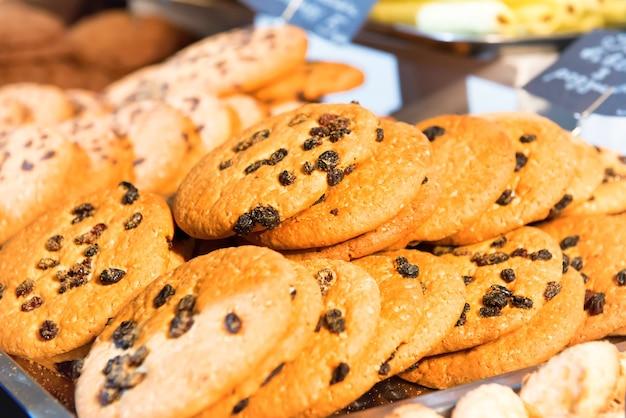 テーブルの上にたくさんの焼きたてのチョコレートクッキー