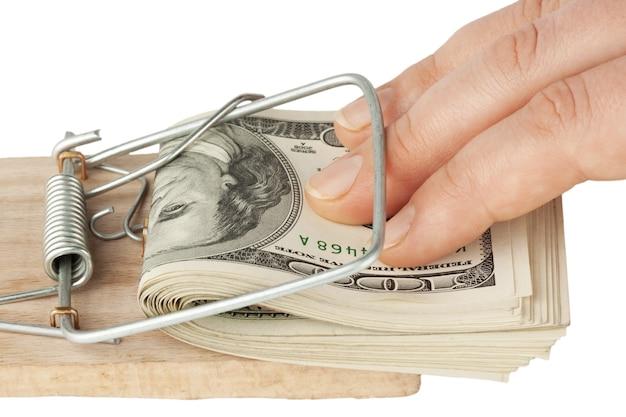 Многие банкноты в мышеловке на белом фоне