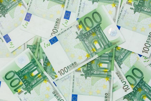 ヨーロッパの通貨である100ユーロの多くの紙幣