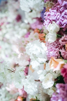 식당 꾸미기를위한 많은 아름다운 꽃