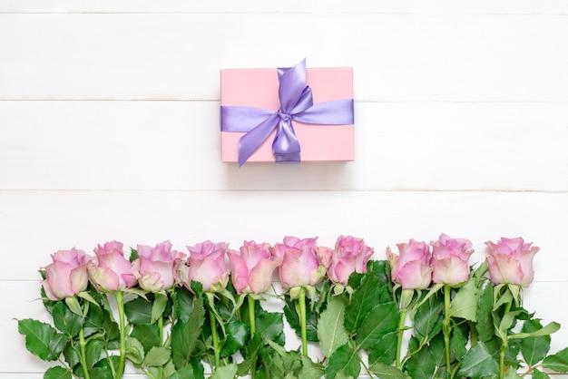 Много красивых роз на доске, букет роз
