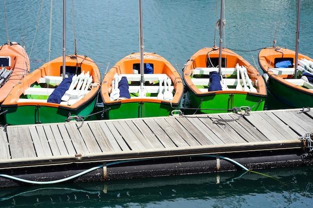桟橋に多くのボート。