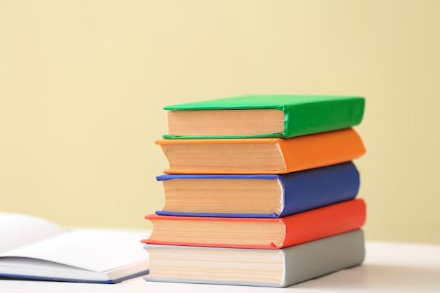 색상에 대한 테이블에 많은 책