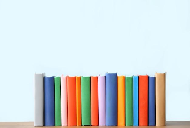 빛에 대한 테이블에 많은 책