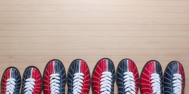 바닥에 많은 볼링 신발.