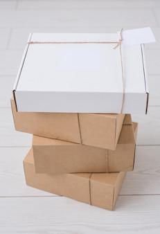 온라인 상점에서 배달되는 광고 공간이있는 많은 상자. 인터넷 쇼핑 및 배달