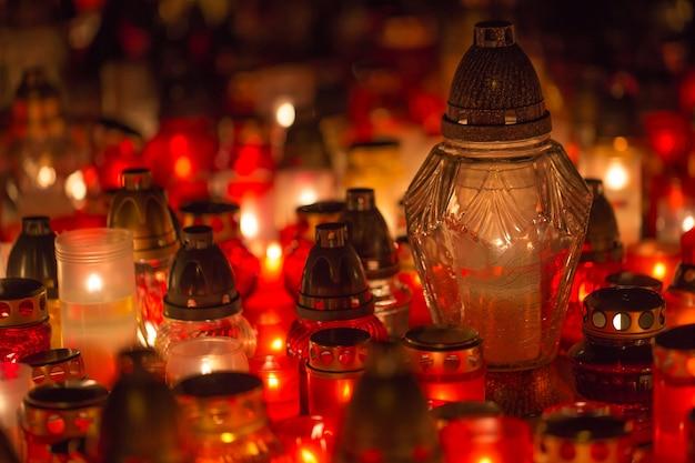 밤에는 고인의 기억에 묘지에서 많은 불타는 촛불 - 영혼.