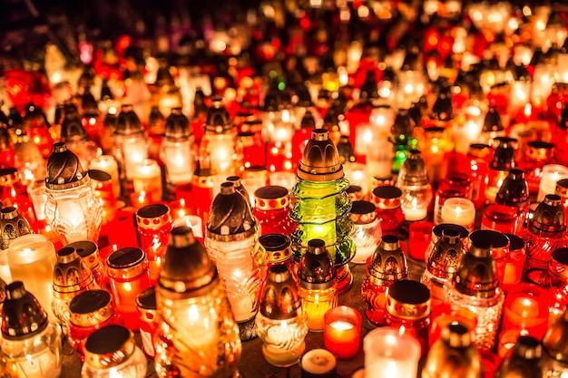밤에 묘지에서 많은 촛불을 태우고 고인의 영혼을 기립니다.