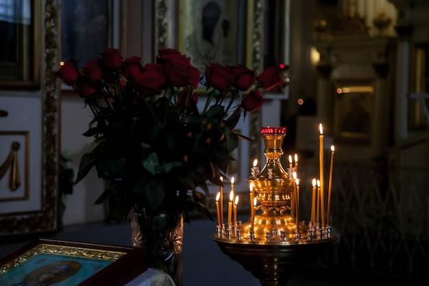 セレモニーイースターのための正教会や寺院で多くの燃えるワックスキャンドル