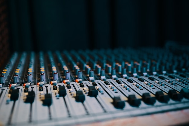 サウンドプロデューサー用の黒いオーディオミキサーボードコンソールの多くのボタン