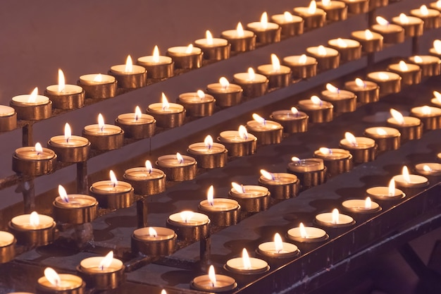 많은 촛불이 교회에 불을 붙였습니다.