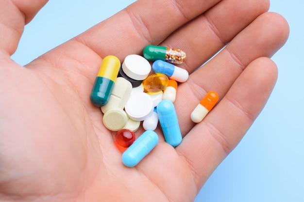 多くのカプセルは、薬を服用する前に人間の手で錠剤します。