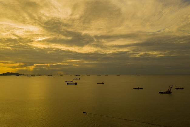 海にたくさんの貨物船