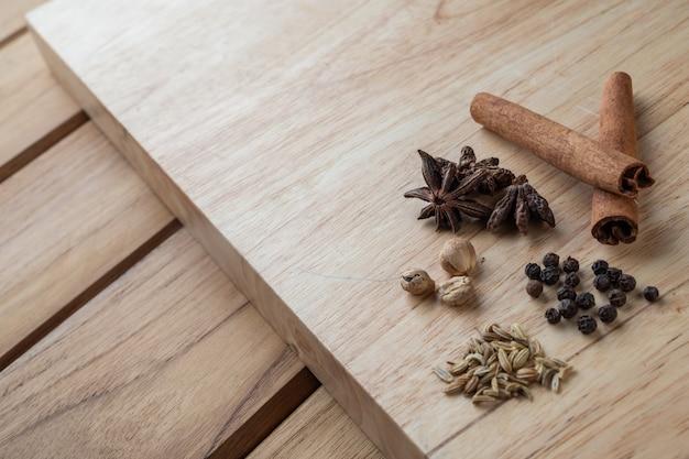 연한 갈색 목재 바닥에 여러 중국 의약품이 합쳐져 있습니다.
