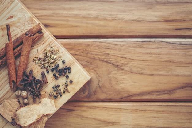 明るい茶色の木の床にまとめられた多くの漢方薬。