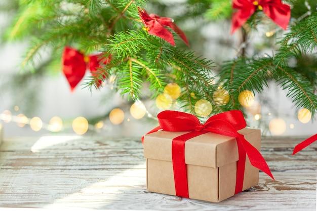 クリスマスツリーの下に赤いリボンが付いた多くのクリスマスギフトボックス