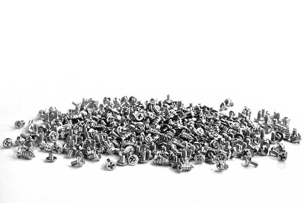 많은 크롬 컴퓨터 하드웨어가 흰색 배경에 무작위로 흩어져 있습니다.