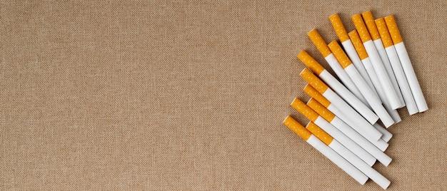 多くのタバコが木の床に置かれています、それらは健康に有害です。