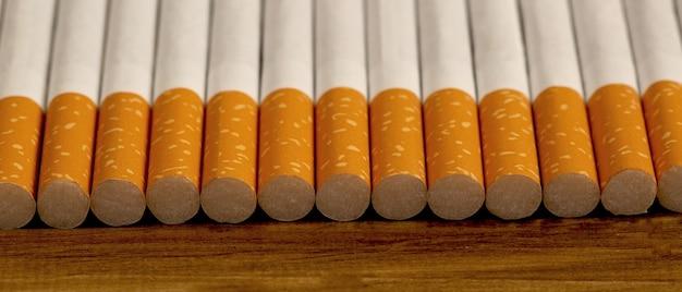 많은 담배가 나무 바닥에 쌓여 건강에 해롭습니다.