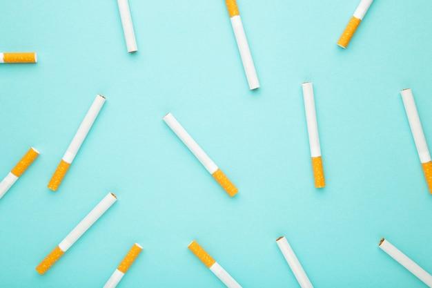 파란색 배경에 많은 담배