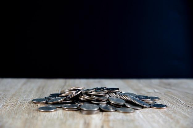 많은 동전이 테이블에 그래프로 쌓여 있습니다. 재무 계획 및 절약 개념
