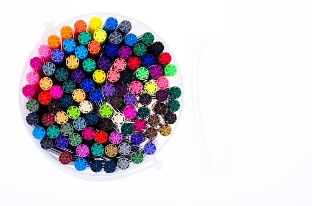 パッケージ内の多くの色のマーカー