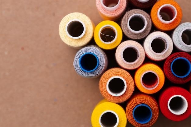표면으로 스레드의 많은 색상 스풀