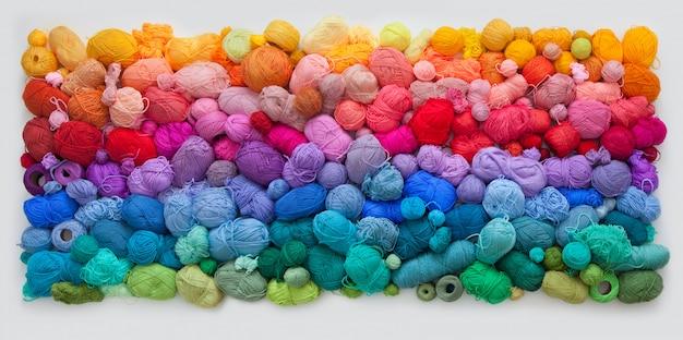 Много разноцветных шариков из шерсти и хлопчатобумажной пряжи
