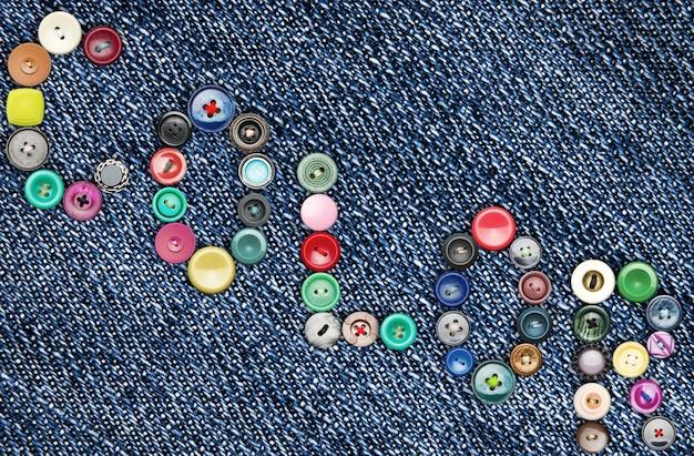 '색상'이라는 단어를 형성하는 청바지에 많은 다채로운 단추