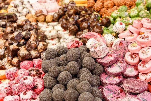 Много красочных вкусных сладких конфет крупным планом на детской вечеринке