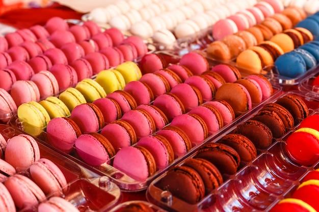 Множество красочных вкусных сладких миндальных печений крупным планом на детской вечеринке