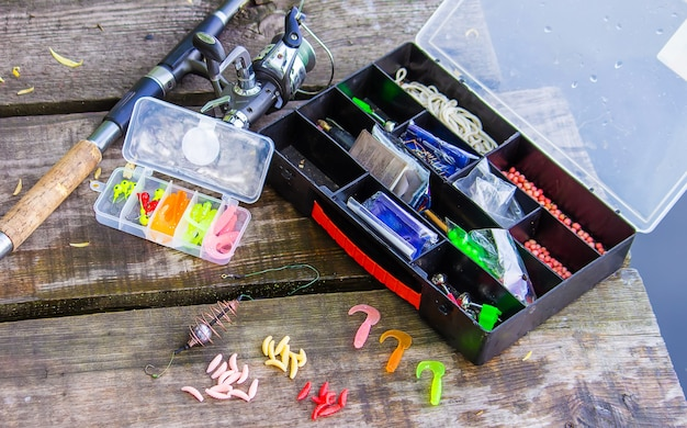 Множество красочных приманок для рыбалки на деревянной пристани