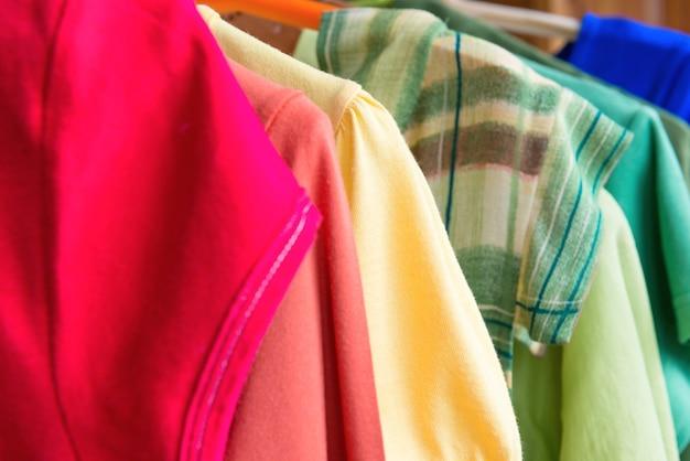 衣料品小売販売の多くのカラフルなシャツ