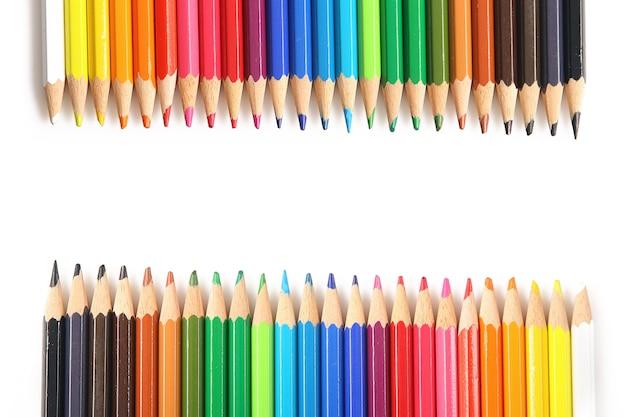 両側にある多くの色の鉛筆