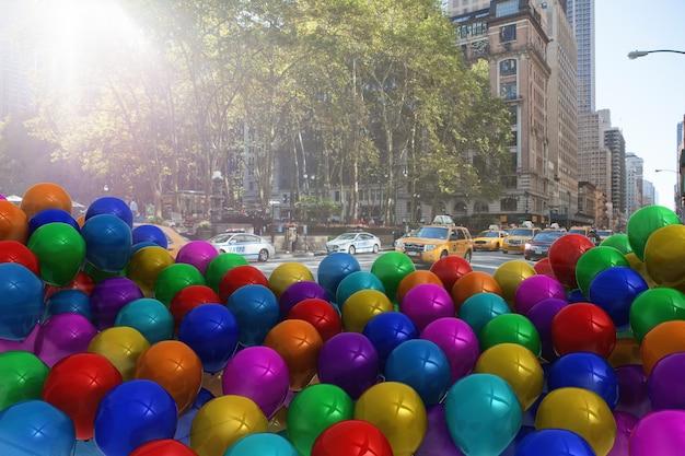 거리에서 많은 다채로운 풍선