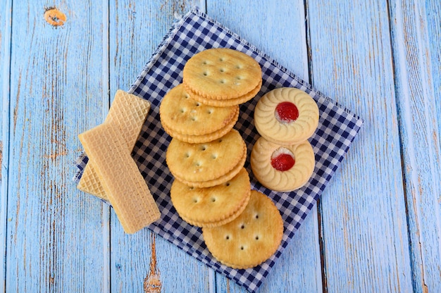 Many cookies are placed on the fabric and then placed on a wooden table.