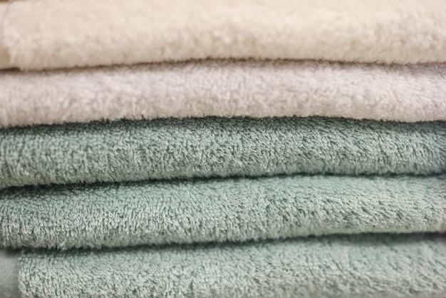 多くの綿タオルが店のクローズアップのカウンターにあります