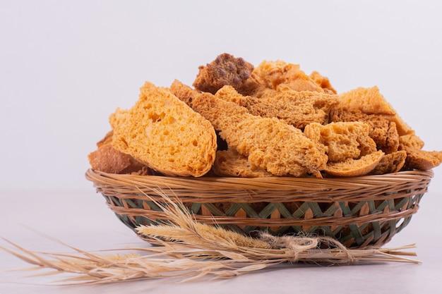 Molti cracker sul cesto con spiga di grano.