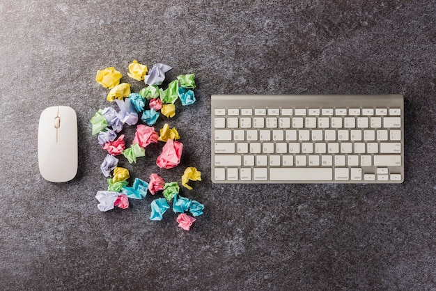 Много мятой бумажной палочки для заметок с клавиатурой компьютера