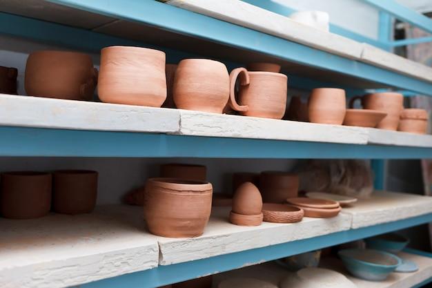 Много разных керамических предметов на полках магазинов