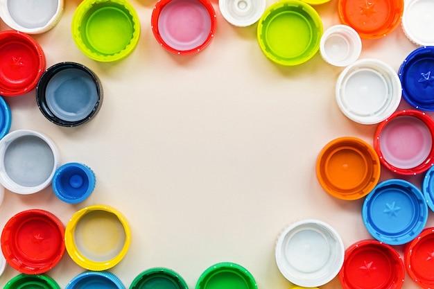 Много различных красочных пластиковых крышек фон с копией пространства. концепция утилизации.